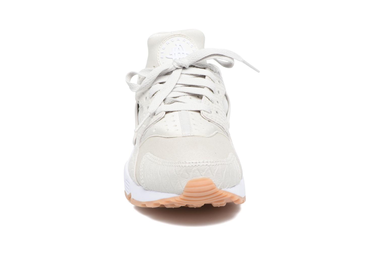 Baskets Nike W Air Huarache Run Se Beige vue portées chaussures