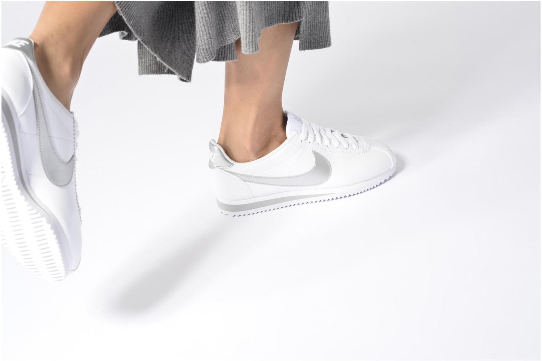 Baskets Nike Wmns Classic Cortez Leather Blanc vue bas / vue portée sac