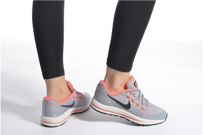 Sportschuhe Nike Wmns Nike Air Zoom Vomero 12 grau ansicht von unten / tasche getragen
