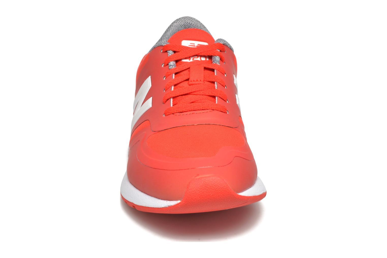 Baskets New Balance WRL420 Rouge vue portées chaussures