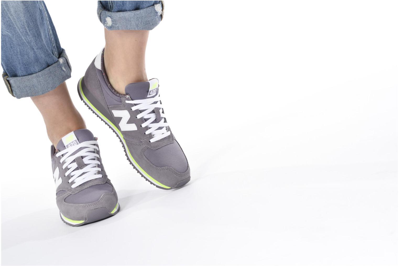 Sneaker New Balance WRL420 schwarz ansicht von unten / tasche getragen