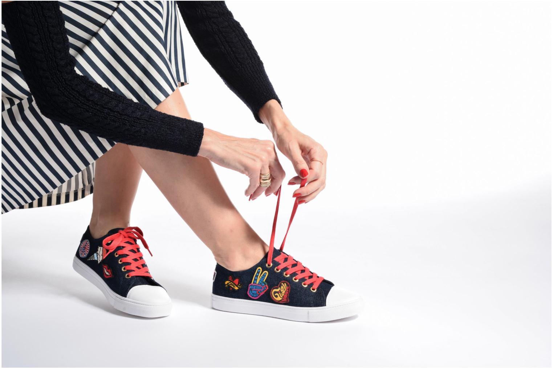 Baskets Tommy Hilfiger Low lace Sneaker Gigi Hadid 1C Bleu vue bas / vue portée sac