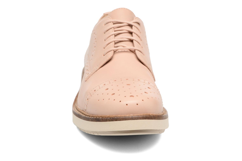 Scarpe con lacci Clarks Glick Shine Rosa modello indossato