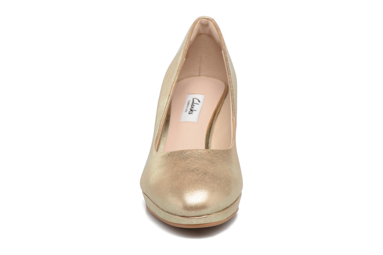 Zapatos de tacón Clarks Kelda Hope Oro y bronce vista del modelo