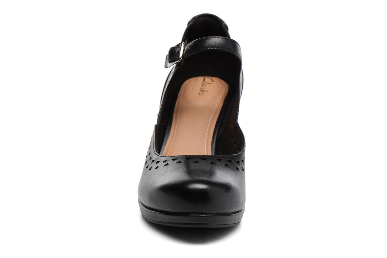 Høje hæle Clarks Chorus Chime Sort se skoene på