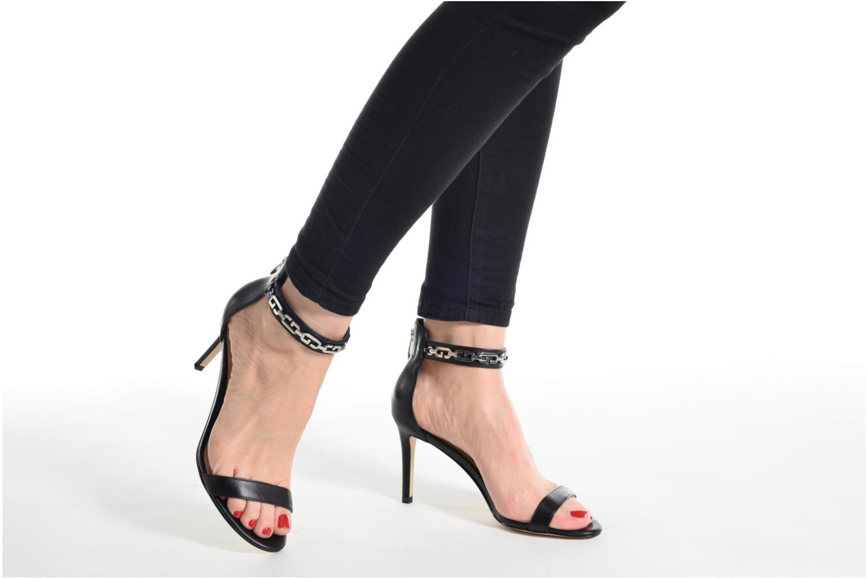Sandalen Guess Charlet beige ansicht von unten / tasche getragen