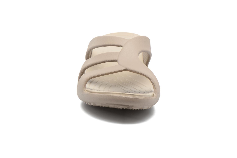 Mules et sabots Crocs Sanrah Strappy Wedge Marron vue portées chaussures