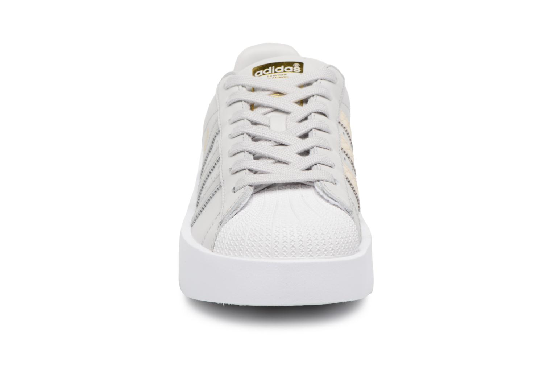Baskets Adidas Originals Superstar Bold W Gris vue portées chaussures