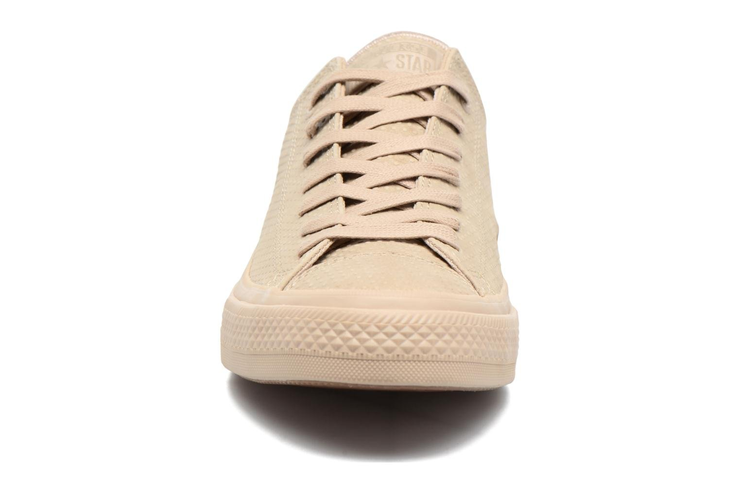 Sneakers Converse Chuck Taylor All Star II Ox Lux Leather Beige modello indossato