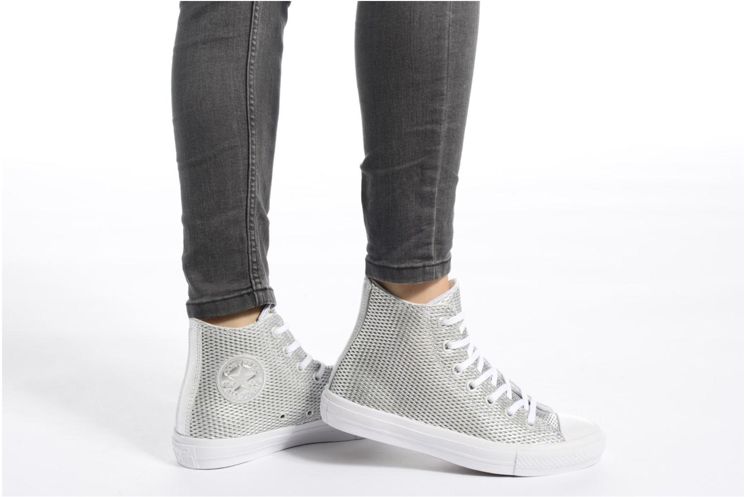 Baskets Converse Chuck Taylor All Star II Hi Perf Metallic Leather Argent vue bas / vue portée sac