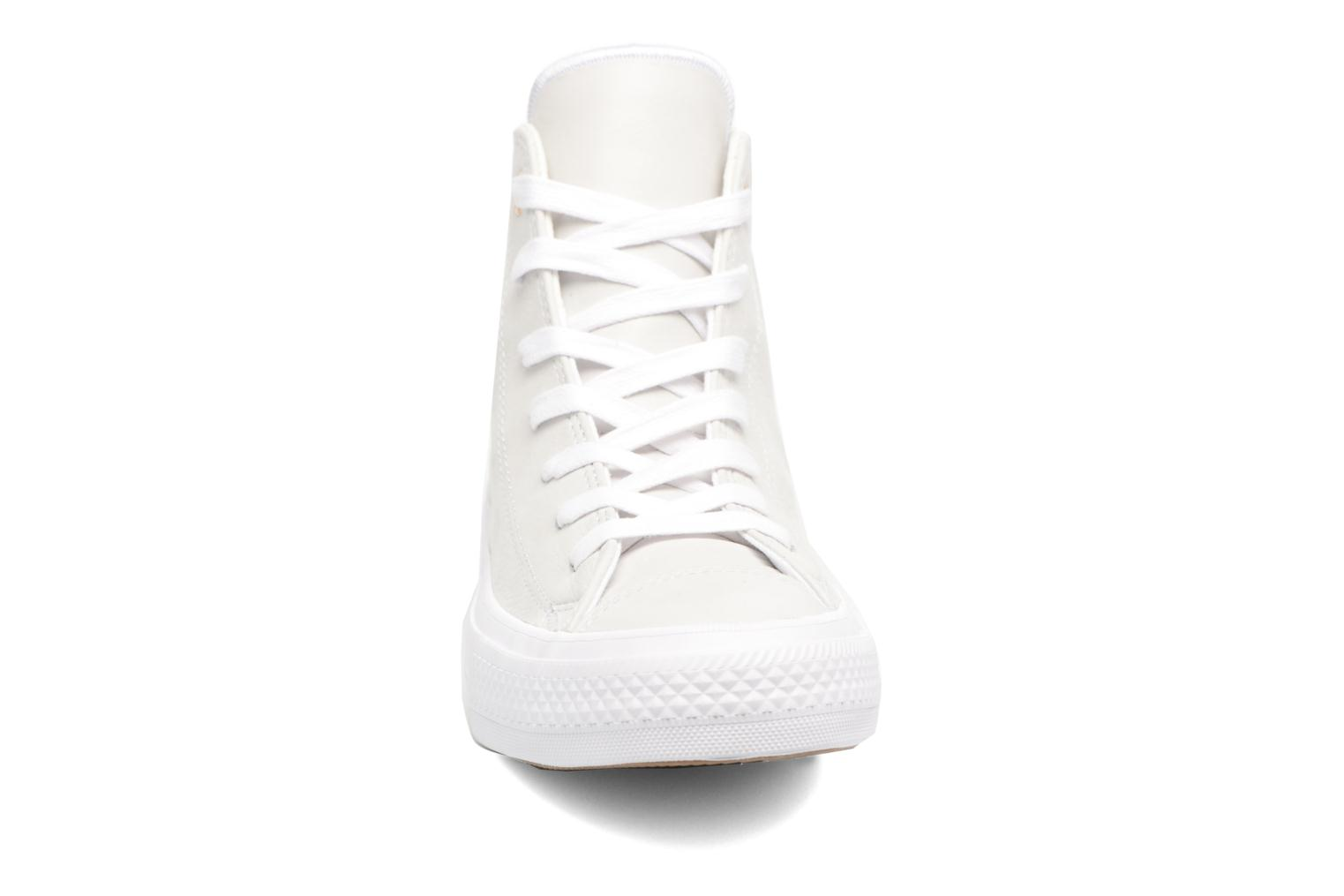 Baskets Converse Chuck Taylor All Star II Hi Craft Leather Beige vue portées chaussures