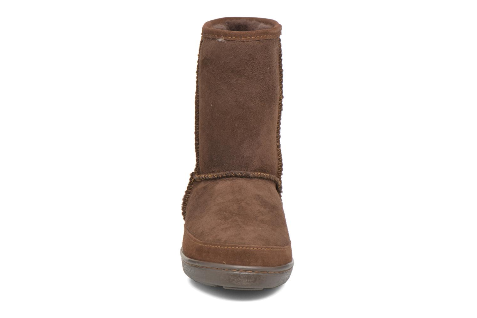 Botines  Minnetonka Short Sheepskin Pug Boot W Marrón vista del modelo