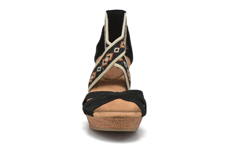 Sandali e scarpe aperte Minnetonka Drew Wedge Nero modello indossato