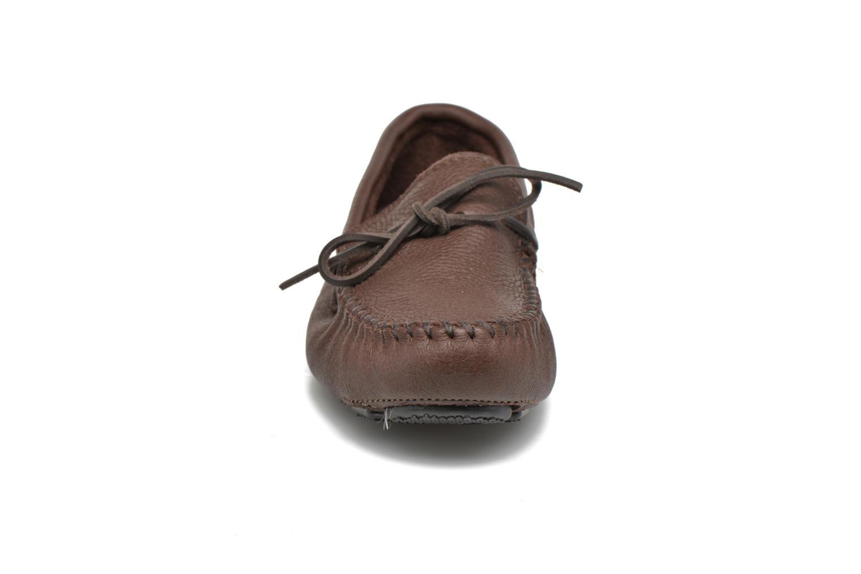 Mocassins Minnetonka Moosehide Driving Moc Marron vue portées chaussures