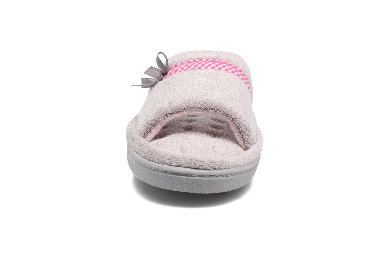 Chaussons Isotoner Sandale plate éponge bambou Gris vue portées chaussures