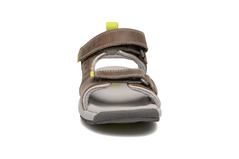 Sandales et nu-pieds Clarks Jolly Wild Gris vue portées chaussures