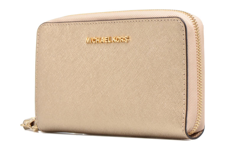 Petite Maroquinerie Michael Michael Kors JET SET LG FLATPHONE CASE Or et bronze vue portées chaussures