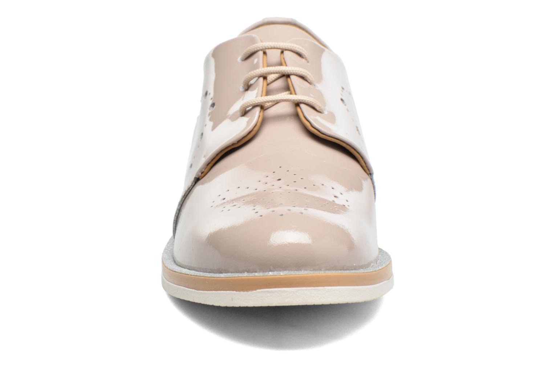 Zapatos con cordones Georgia Rose Maglit Beige vista del modelo