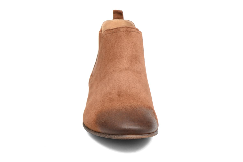 Boots Kickers Gazette Brun bild av skorna på