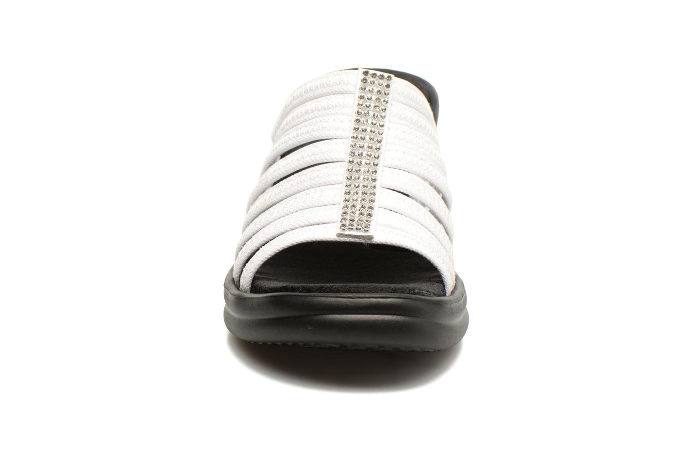 Zuecos Skechers Rumblers Hotshot Blanco vista del modelo