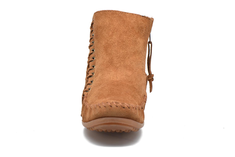 Stivaletti e tronchetti Minnetonka Willow Boot Marrone modello indossato