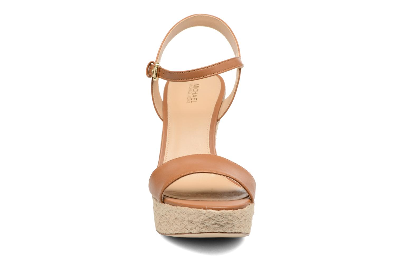 Sandali e scarpe aperte Michael Michael Kors Jill Wedge Marrone modello indossato