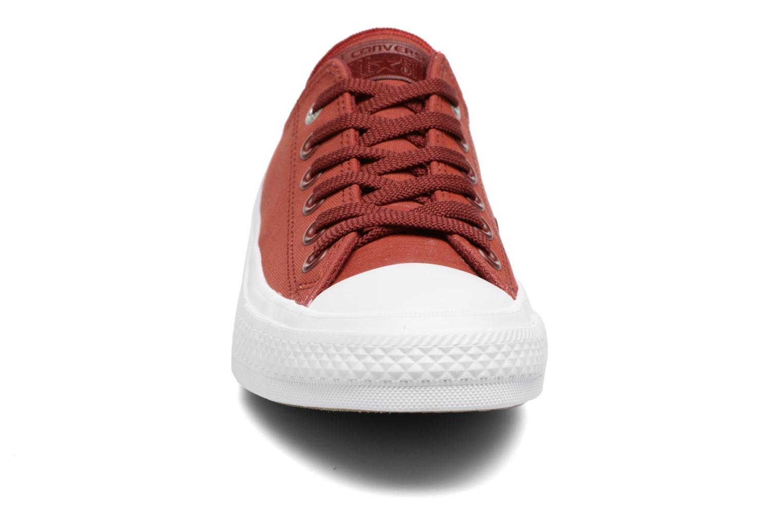 Sneakers Converse Chuck II Two-Tone Leather Ox W Rosso modello indossato