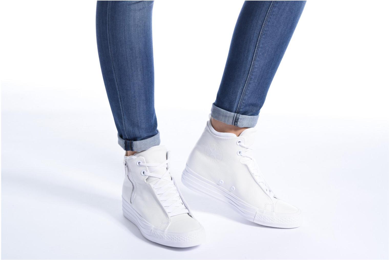 Sneaker Converse Chuck Taylor All Star Selene Monochrome Leather Mid weiß ansicht von unten / tasche getragen