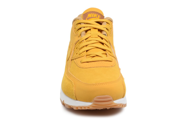Baskets Nike Wmns Air Max 90 Se Jaune vue portées chaussures