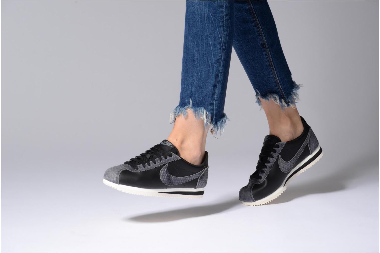 Baskets Nike Wmns Classic Cortez Prem Noir vue bas / vue portée sac
