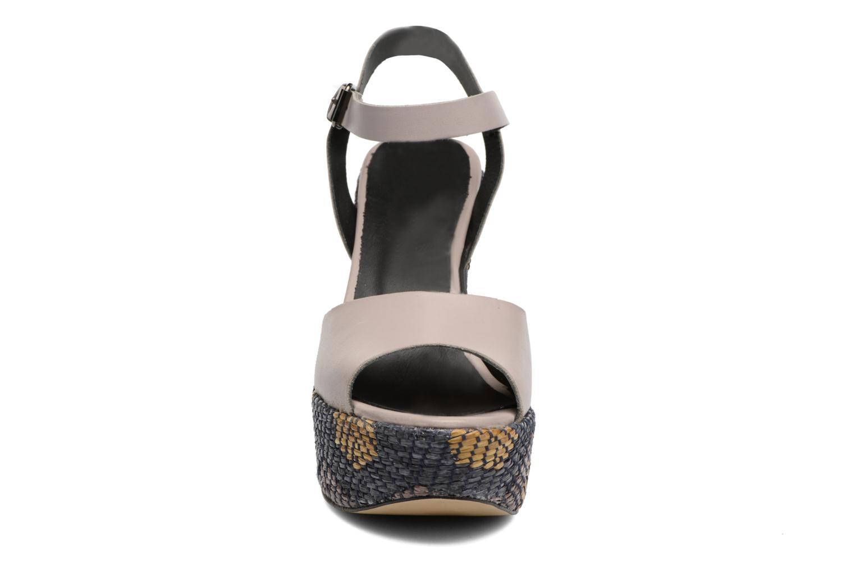 Sandales et nu-pieds Elizabeth Stuart Eugenie Beige vue portées chaussures