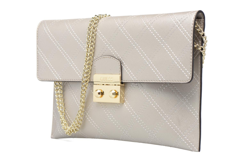 Sacs à main Guess Pochette Envelope Clutch Aria Argent vue portées chaussures