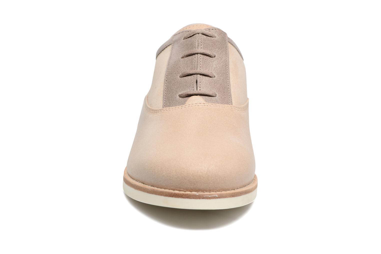 Zapatos con cordones Geox D PROMETHEA B Beige vista del modelo