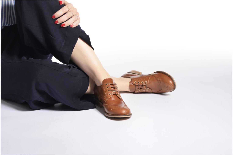 Chaussures à lacets Georgia Rose EMY Marron vue bas / vue portée sac