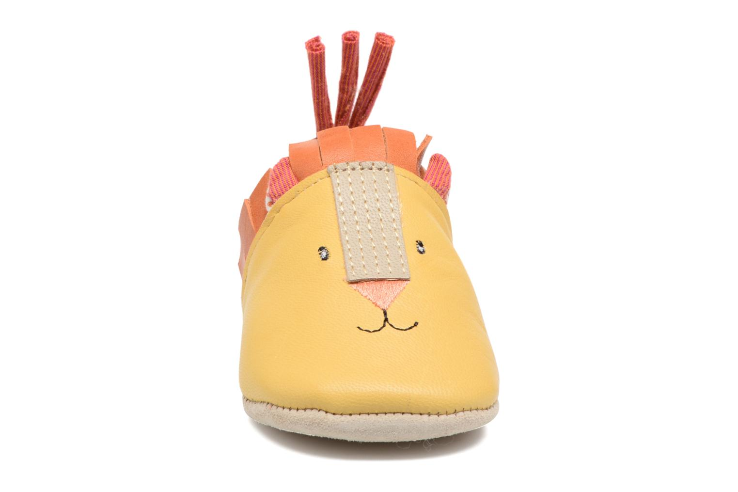 Chaussons Babybotte Lion - Moulin Roty Jaune vue portées chaussures