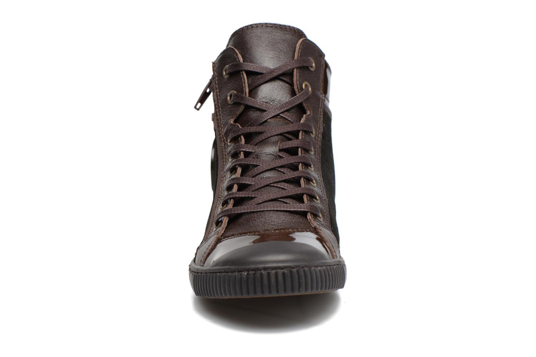 Sneakers Pataugas Bono Marrone modello indossato