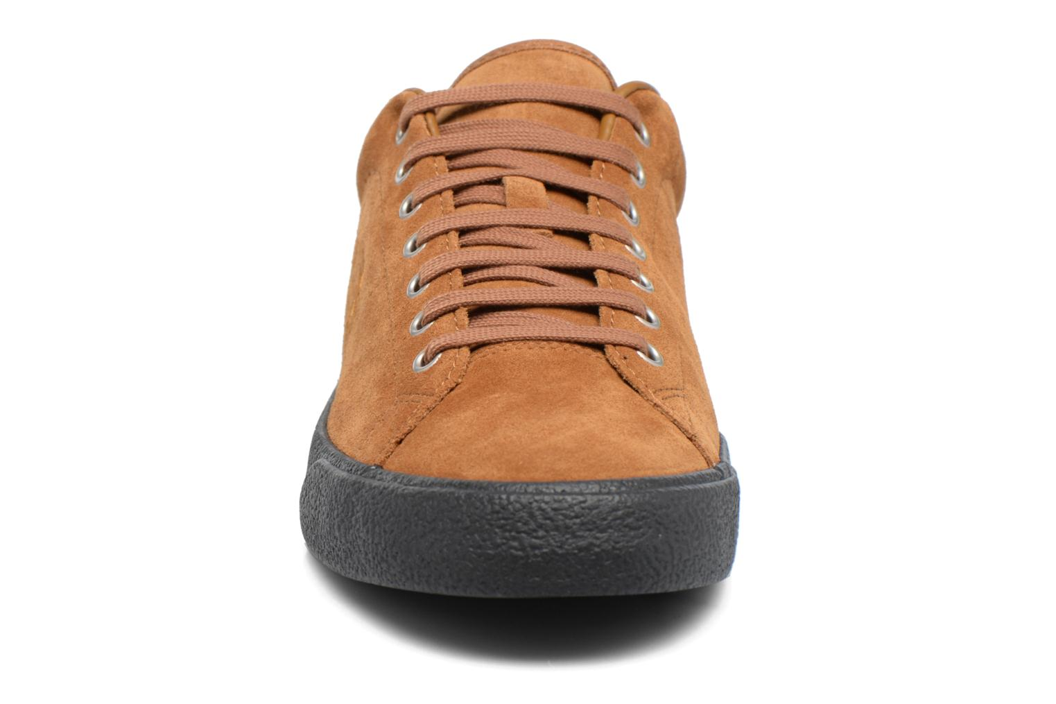 Baskets Fred Perry UNDERSPIN SUEDE Marron vue portées chaussures