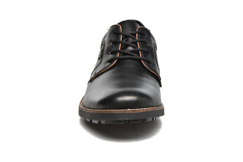 Scarpe con lacci Rieker Benj 16024 Nero modello indossato