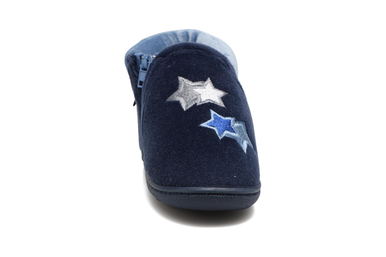 Pantofole Isotoner Botillon Zip Polyvelours Azzurro modello indossato