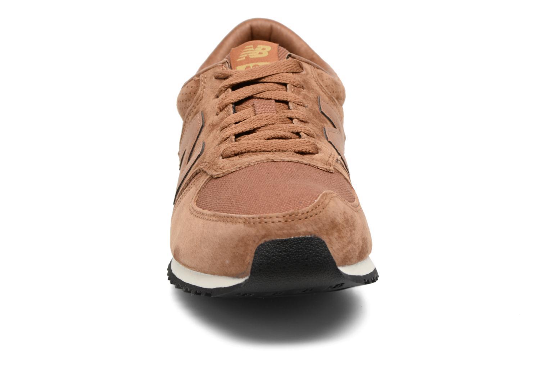 Baskets New Balance U420 D Marron vue portées chaussures