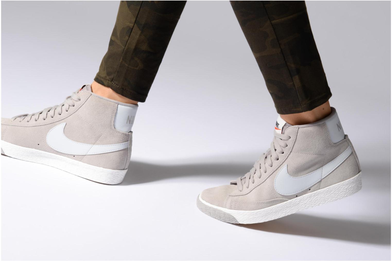 Sneaker Nike Wmns Blazer Mid Vntg Suede braun ansicht von unten / tasche getragen