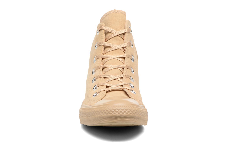 Baskets Converse Chuck Taylor All Star Mono Plush Suede Hi Beige vue portées chaussures
