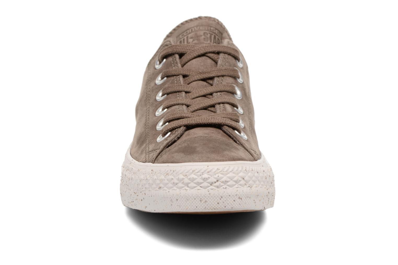Baskets Converse Chuck Taylor All Star Nubuck Ox W Marron vue portées chaussures