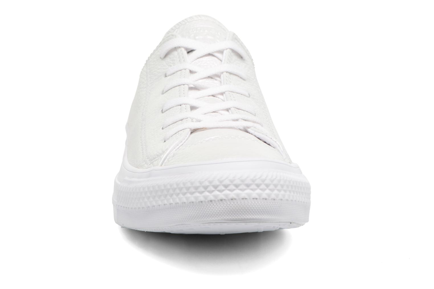 Baskets Converse Chuck Taylor All Star Iridescent Leather Ox Blanc vue portées chaussures