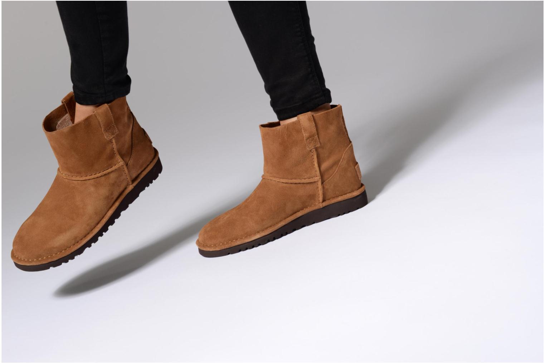 Bottines et boots UGG Classic Unlined Mini Noir vue bas / vue portée sac