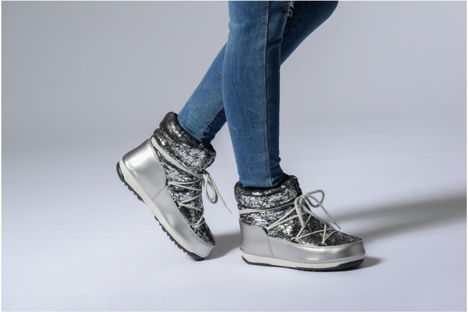 Sport shoes Moon Boot low crackled Silver view from underneath / model view