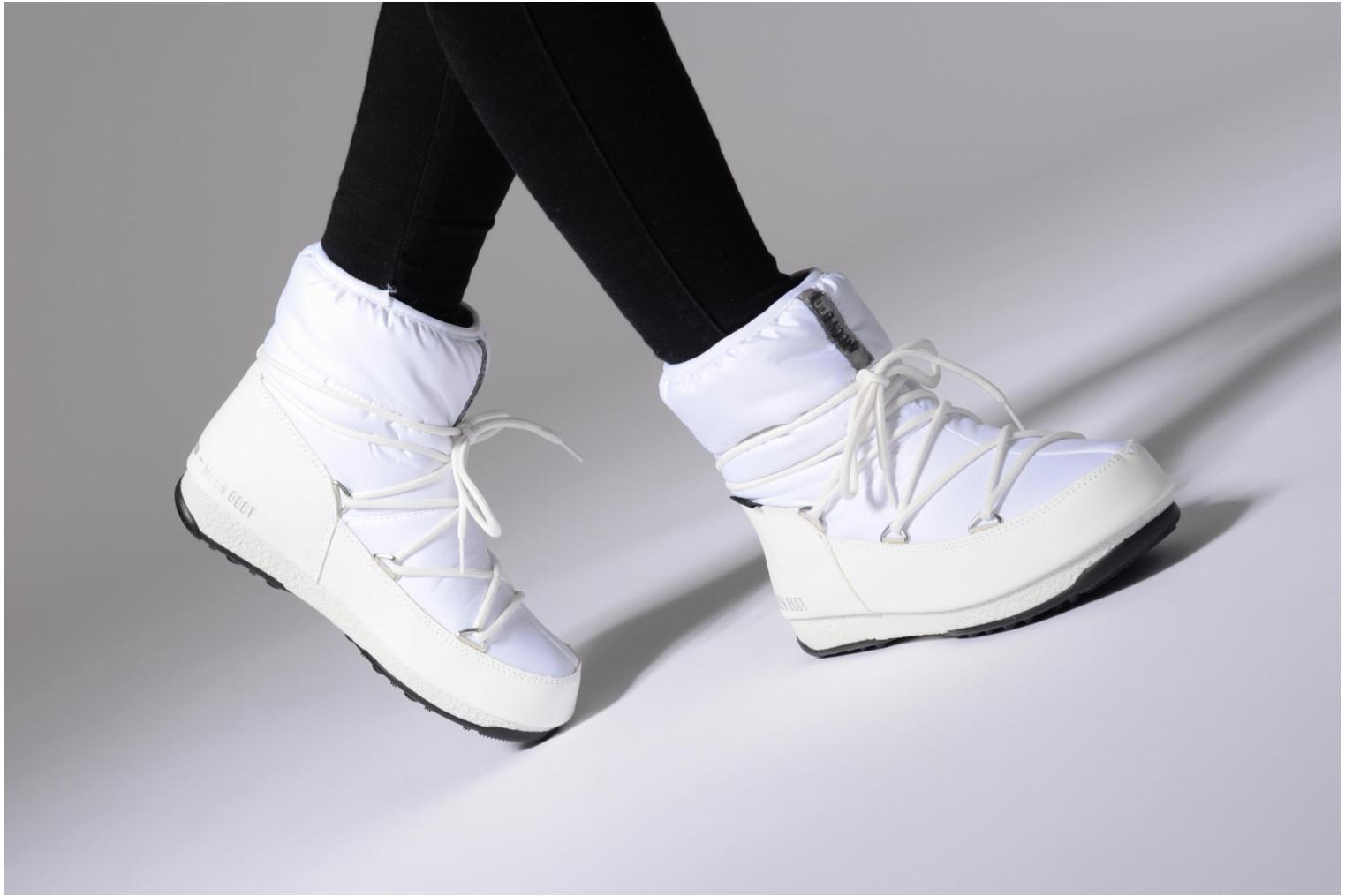 Sport shoes Moon Boot Low Nylon Black view from underneath / model view