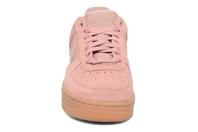 Baskets Nike Wmns Air Force 1 '07 Se Rose vue portées chaussures