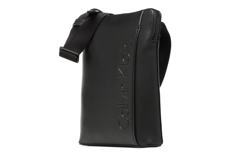 Herrentaschen Calvin Klein Elevated Logo Flat Crossover schwarz schuhe getragen