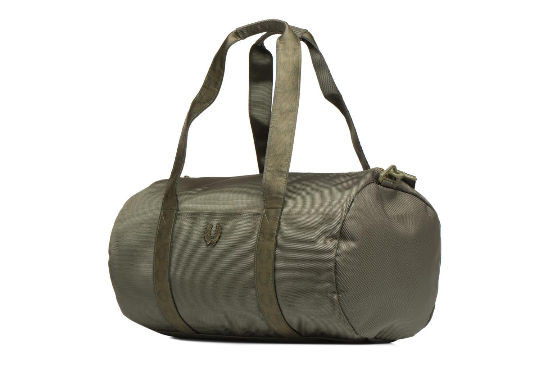 Sporttaschen Fred Perry Tonal Track Barrel Bag grün schuhe getragen